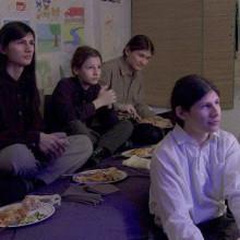 חיים בסרט רע: למה ״מאורת הזאבים״ הוא פספוס קולנועי שחייבים לראות